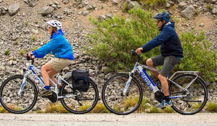 cicloturisti in sella a ebike Atala