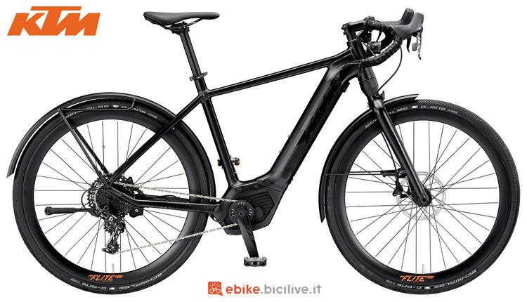 Una bici a pedalata assistita da strada KTM Macina Flite LFC 11 CX5 con parafanghi