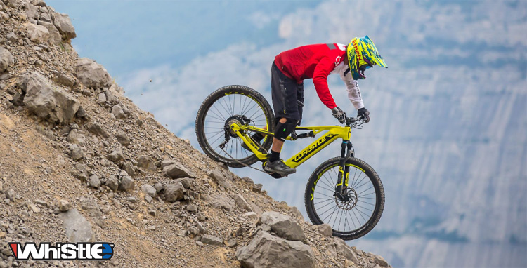 Un rider in sella a una eMTB Whistle del catalogo 2019