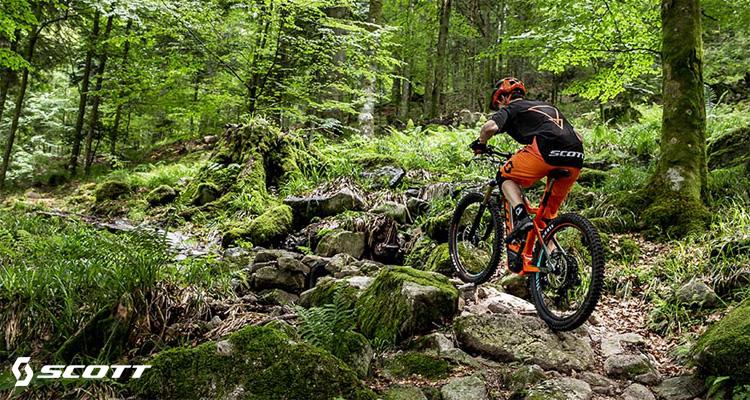Un rider pedala nel bosco su ebike Scott