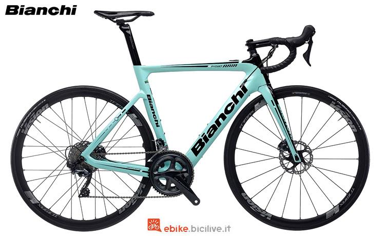 Una bici da strada elettrica Bianchi Aria E-Road 2019