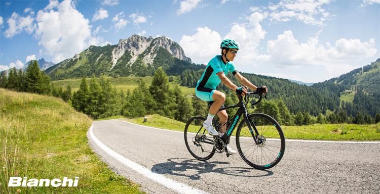 Ciclista in sella a una ebike da strada Bianchi