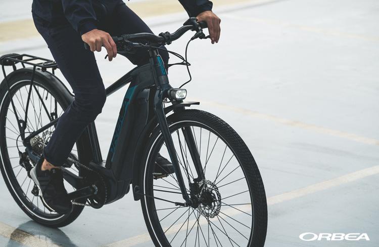 Un ciclista di città in sella a una ebike urban Orbea