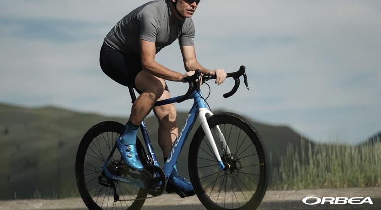 Un ciclista in sella a una bici da strada elettrica Orbea