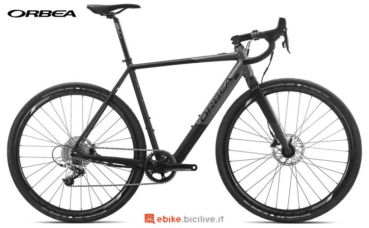 Una bicicletta elettrica a pedalata assistita Orbea GainAllroad D31 gamma 2019