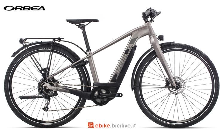 Una bicicletta a pedalata assistita Orbea Keram Asphalt 30