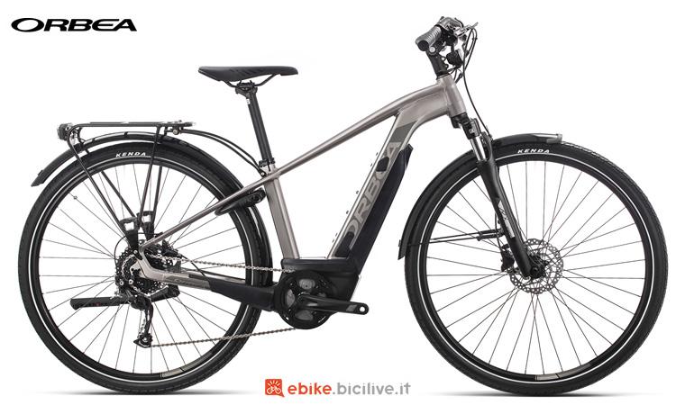 Una bici da città elettrica Orbea Keram Comfort 30