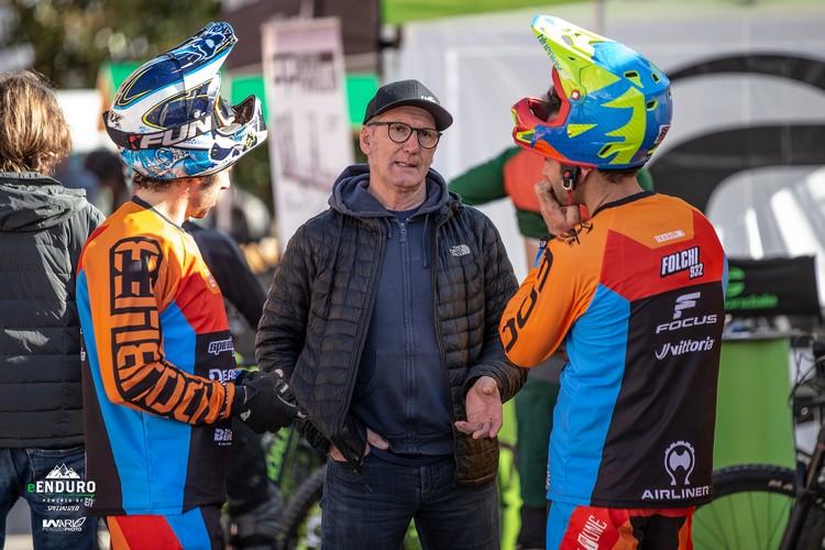 Foto di Franco Monchiero insieme a rider durante lo skill events