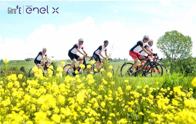 Alcuni amatori in sella alle loro e-bike Pianarello durante la scorsa edizione del Giro E