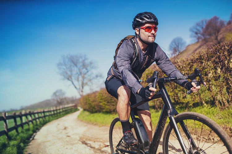 Un ciclista pedala in sella a una e-Road