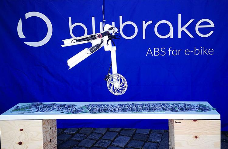 ebike sistema blubrake pezzo bici appeso che pende dall'alto foto stand davanti 2019
