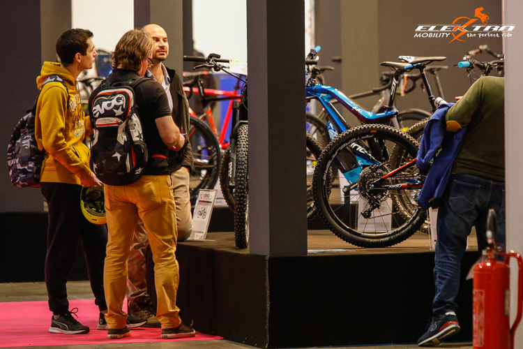Paolo Mandelli (di spalle) all'eBike Première di CosmoBike Show 2019