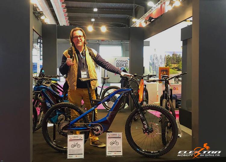 Paolo Mandelli in posa con una ebike M1 Sport Technik