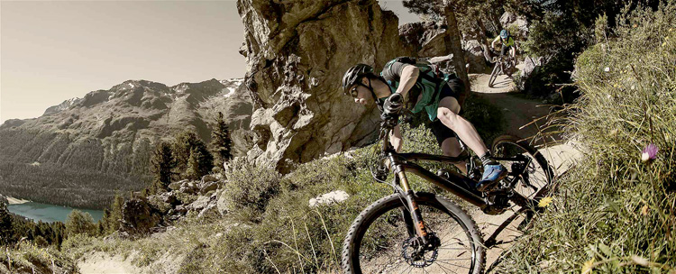 Rider in sella a eMTB si divertono in discesa