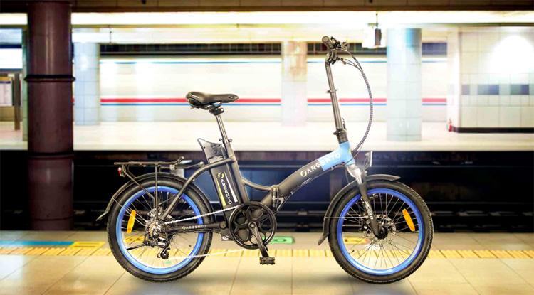 Una bici elettrica pieghevole in metropolitana
