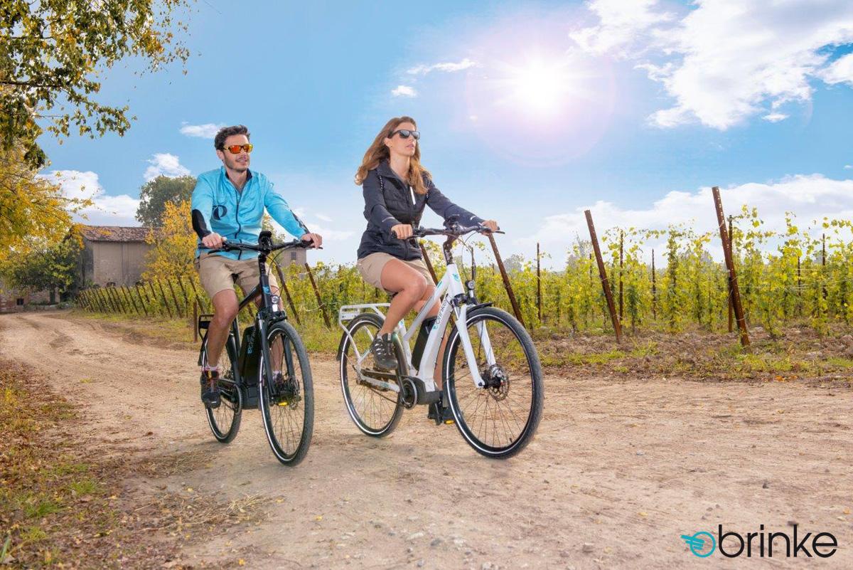 Una coppia di escursionisti in sella a bici elettriche Brinke