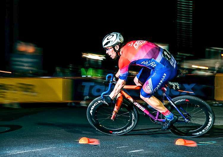 foto di un atleta su bici ridewill scatto fisso