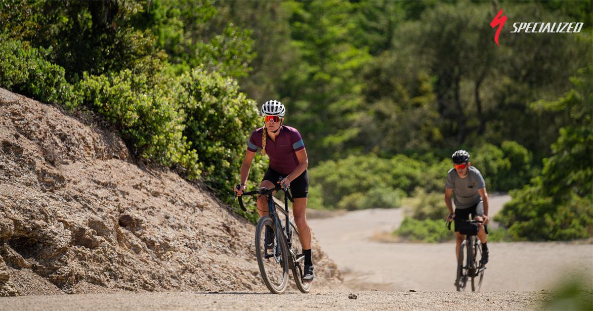 Ciclisti in sella a bici elettriche a pedalata assistita Specialized