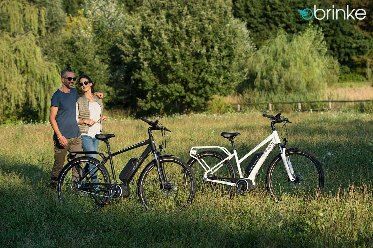 Una coppia al parco con biciclette Brinke