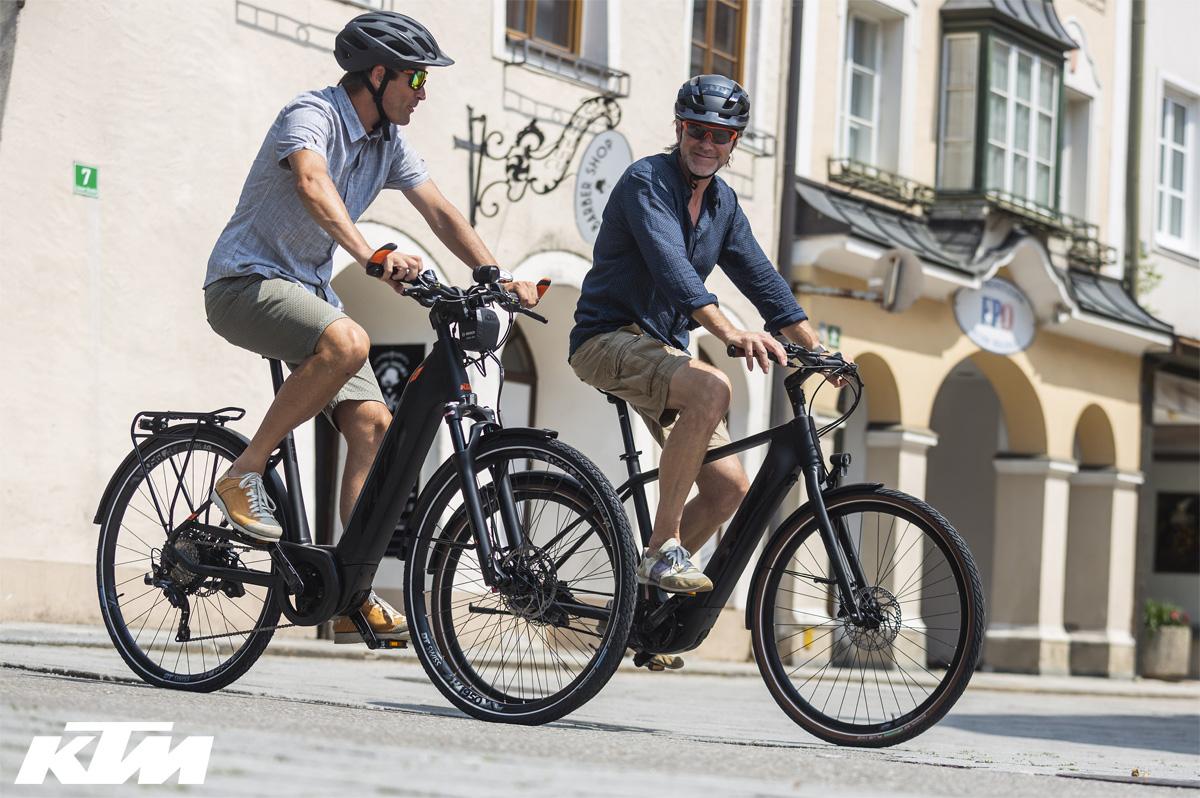 Ciclisti per la città in sella a city ebike KTM della gamma 2020