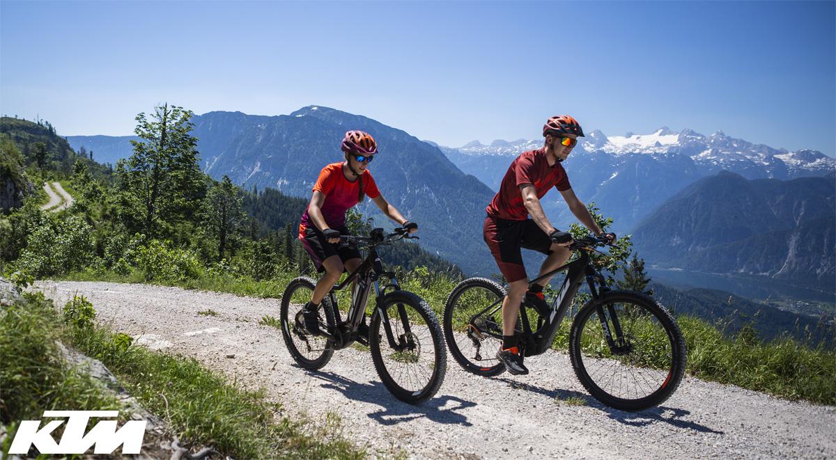 Due ciclisti pedalano in sella a mtb hardtail elettriche di KTM