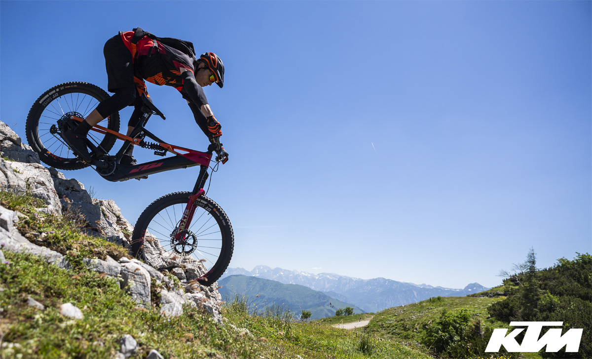 Rider in sella a una e-MTB KTM del catalogo 2020