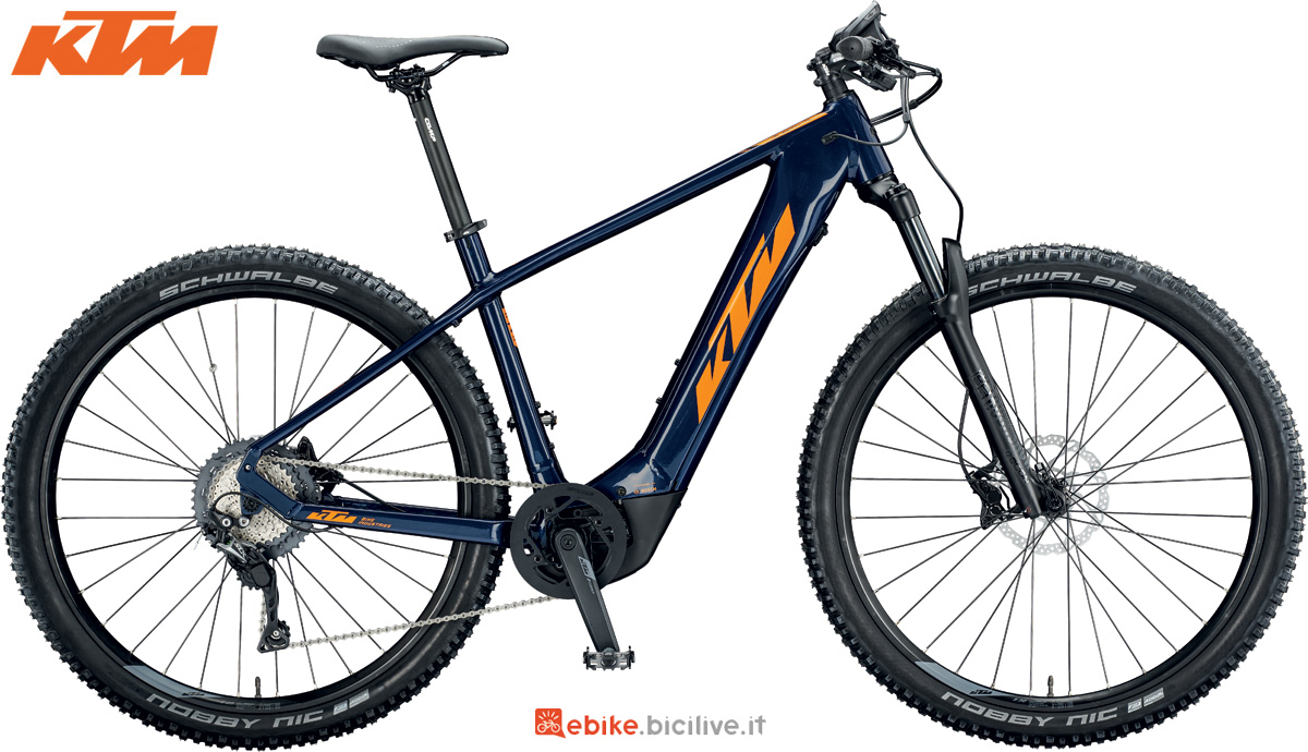 Una mountain bike elettrica da donna KTM Macina Team 292 Glory