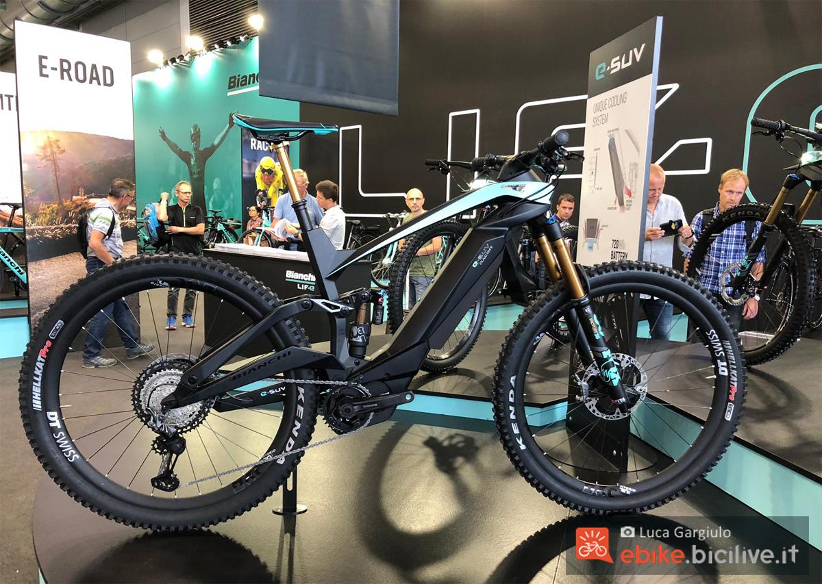 Una mountain bike elettrica biammortizzata Bianchi e-SUV in mostra a Eurobike 2019