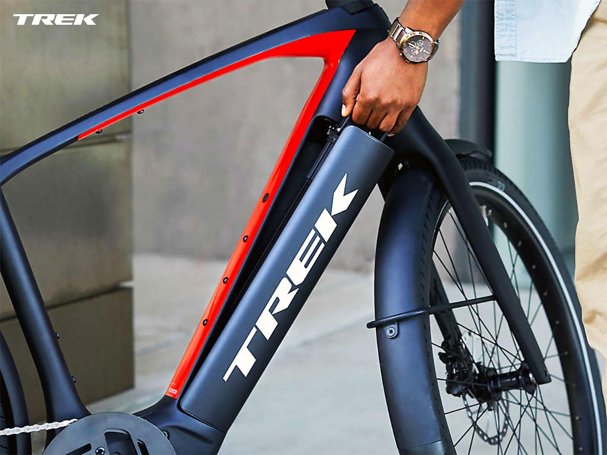 Ciclista estrae la batteria integrata dalla ebike Allant+ di Trek