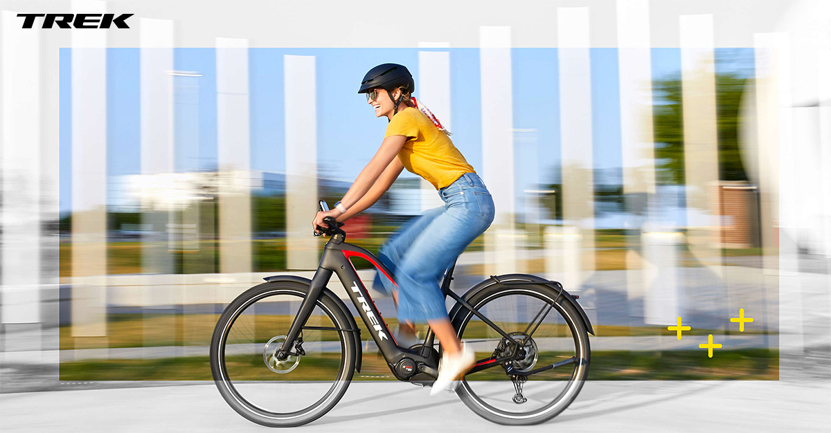 Ciclista donna in sella a ebike Trek Allant+ 9.9 Stagger