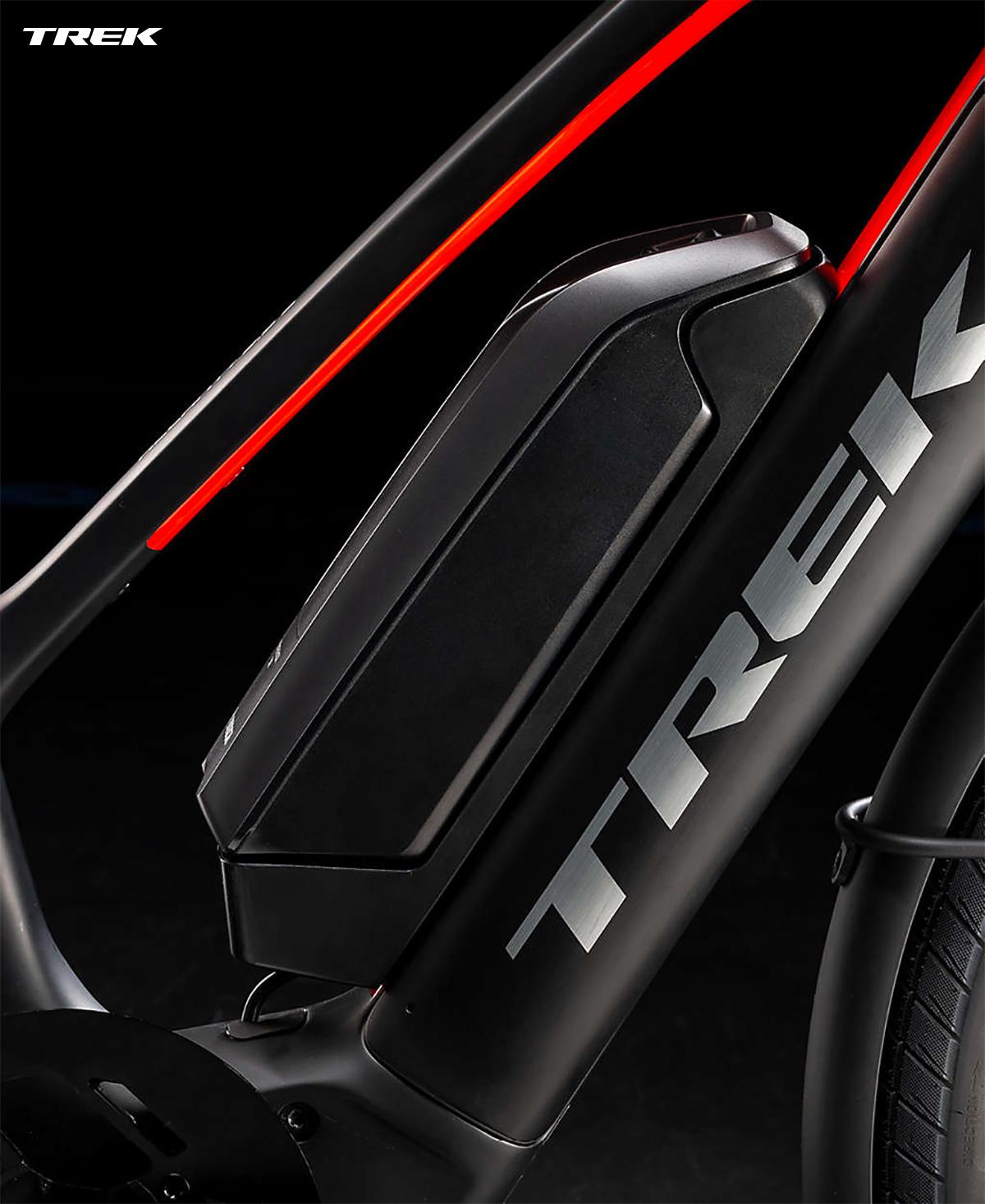 Una e-bike Trek Allant+ equipaggiata con batteria supplementare Range Boost
