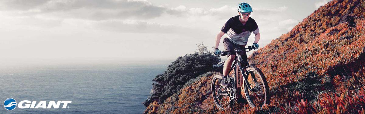 Ciclista felice in sella a una ebike Giant 2020