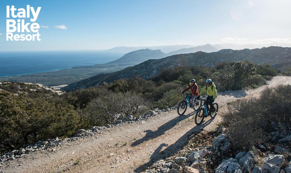 Cicloturisti in sella a ebike noleggiate presso Italy Bike Resort