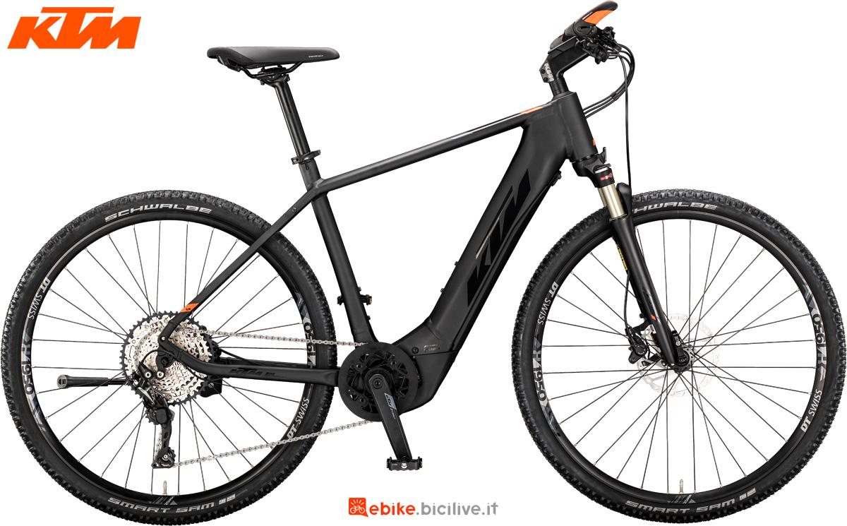 Una bici elettrica da trekking KTM Macina Cross 610 versione telaio da uomo
