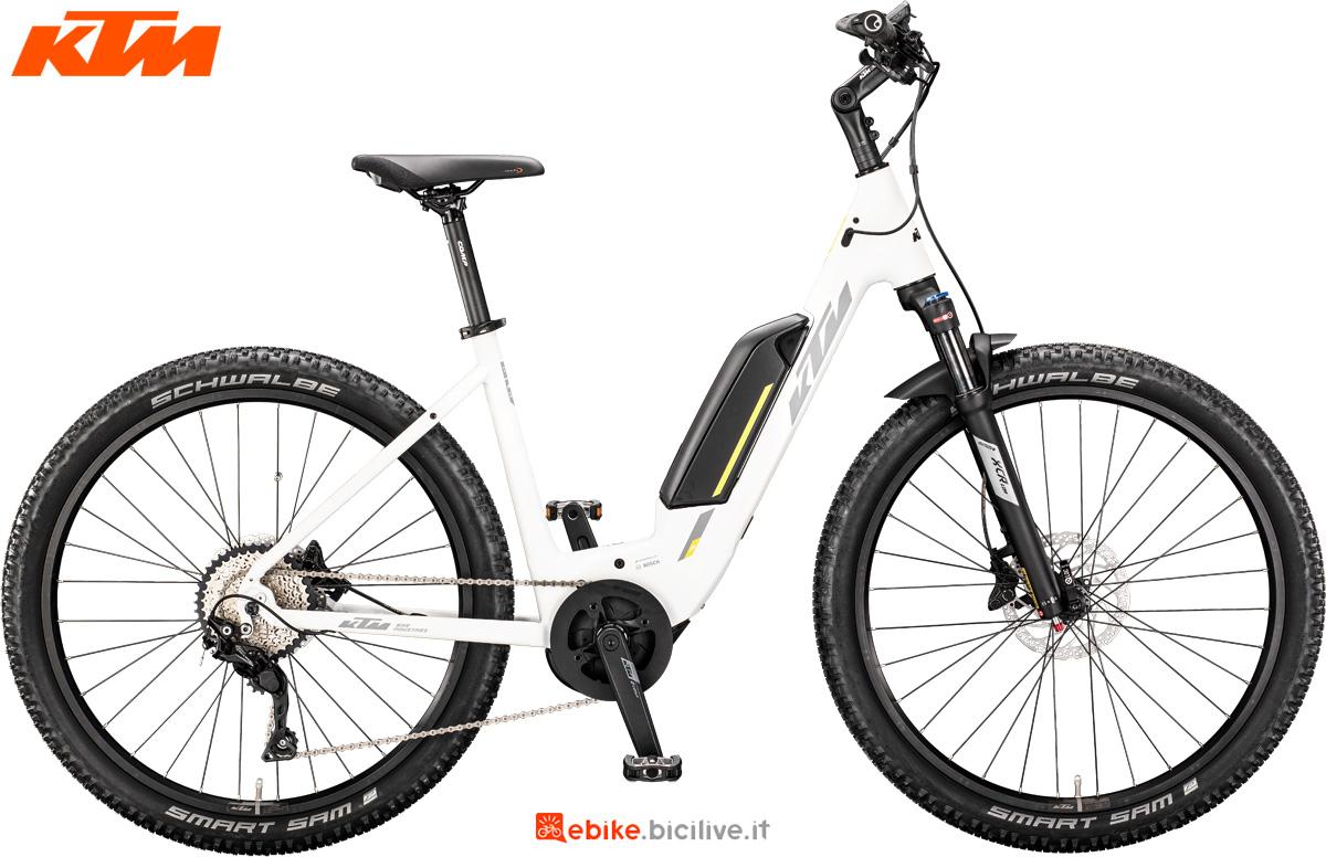 Una bici elettrica KTM Macina Scout 272