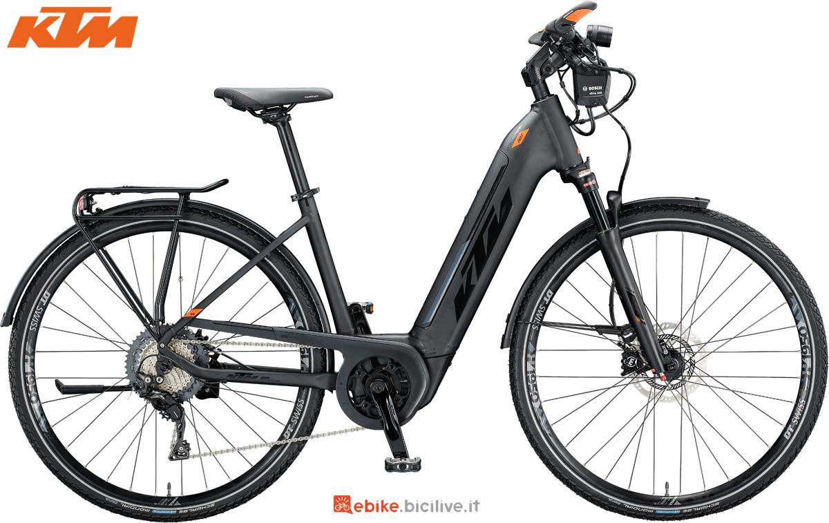 Una bici elettrica KTM Macina Sport ABS con telaio unisex a scavalco basso