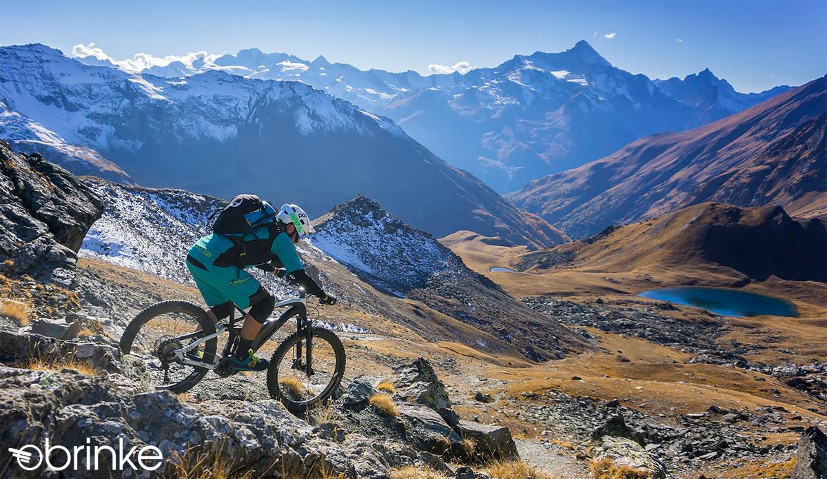 Rider in montagna con una e-MTB Brinke