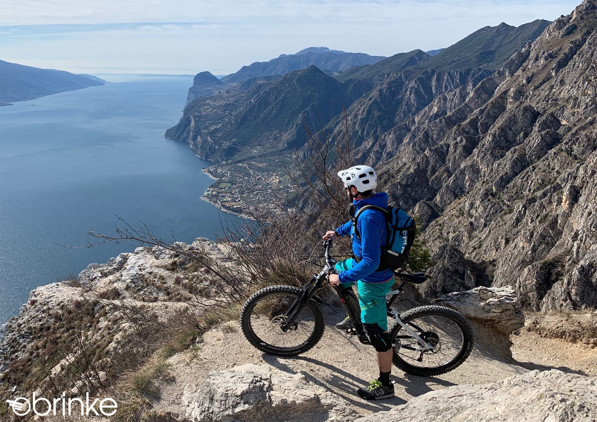 Rider osserva il panorama in sella a una mtb elettrica Brinke