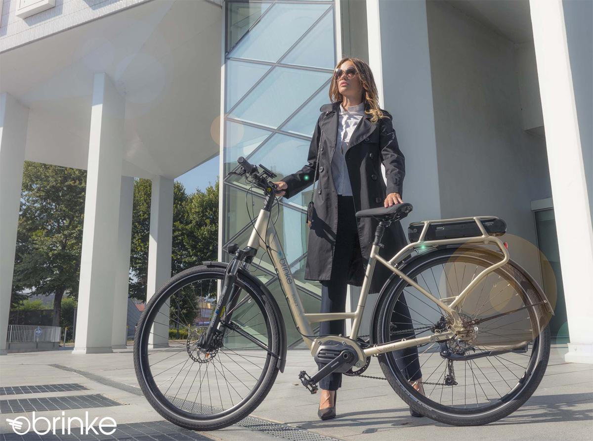 Donna elegante con ebike urban Brinke modello 2020