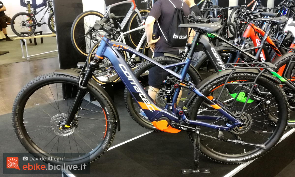 Una bici da trekking a pedalata assistita Corratec MTC120 anno 2020
