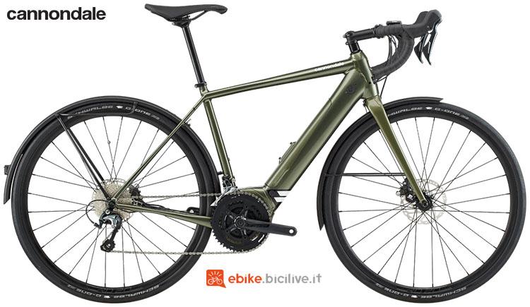 Una bici elettrica da strada Cannondale Synapse Neo EQ 2020