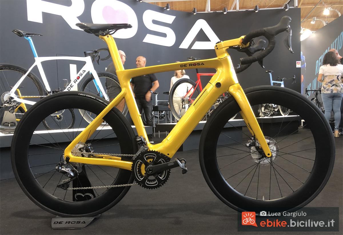 Una bicicletta e-Strada De Rosa E-Bike 2020
