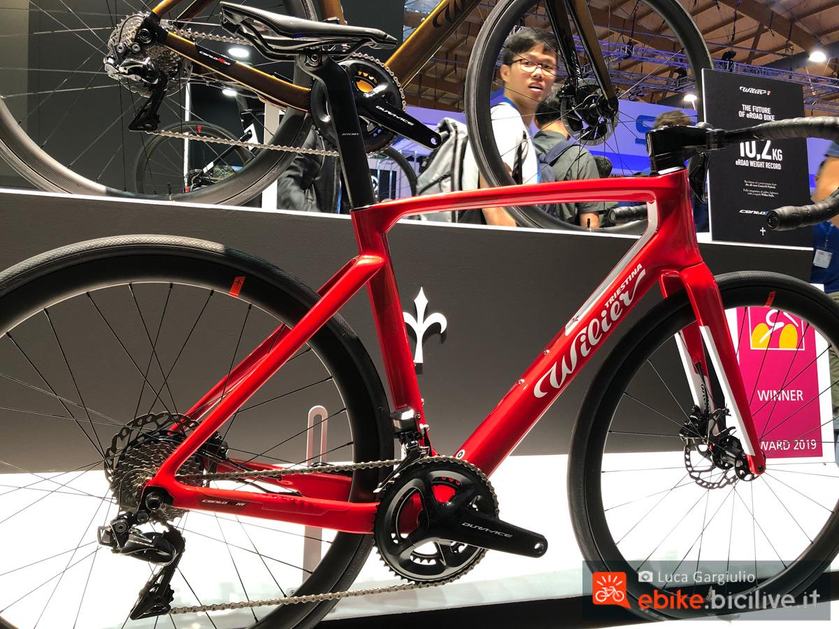 Una bici elettrica da strada Wilier Triestina Cento10 Hybrid in esposizione
