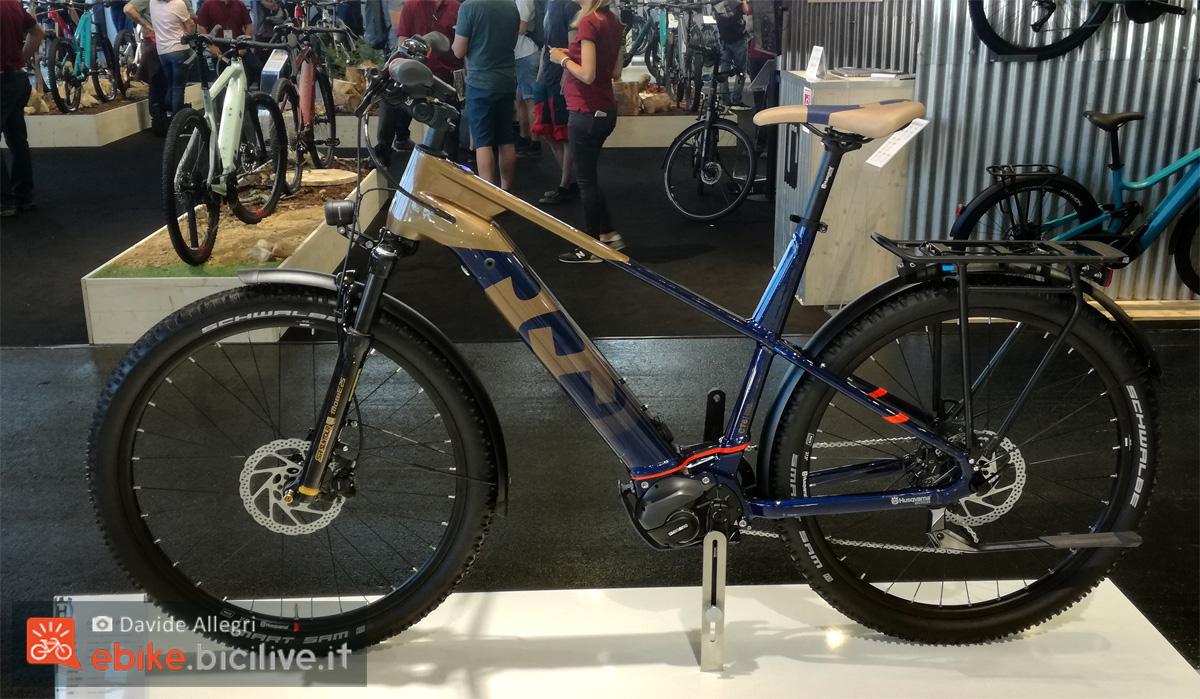 Una bici elettrica da trekking Husqvuarna Cross Tourer CT 6 anno 2020 a Eurobike