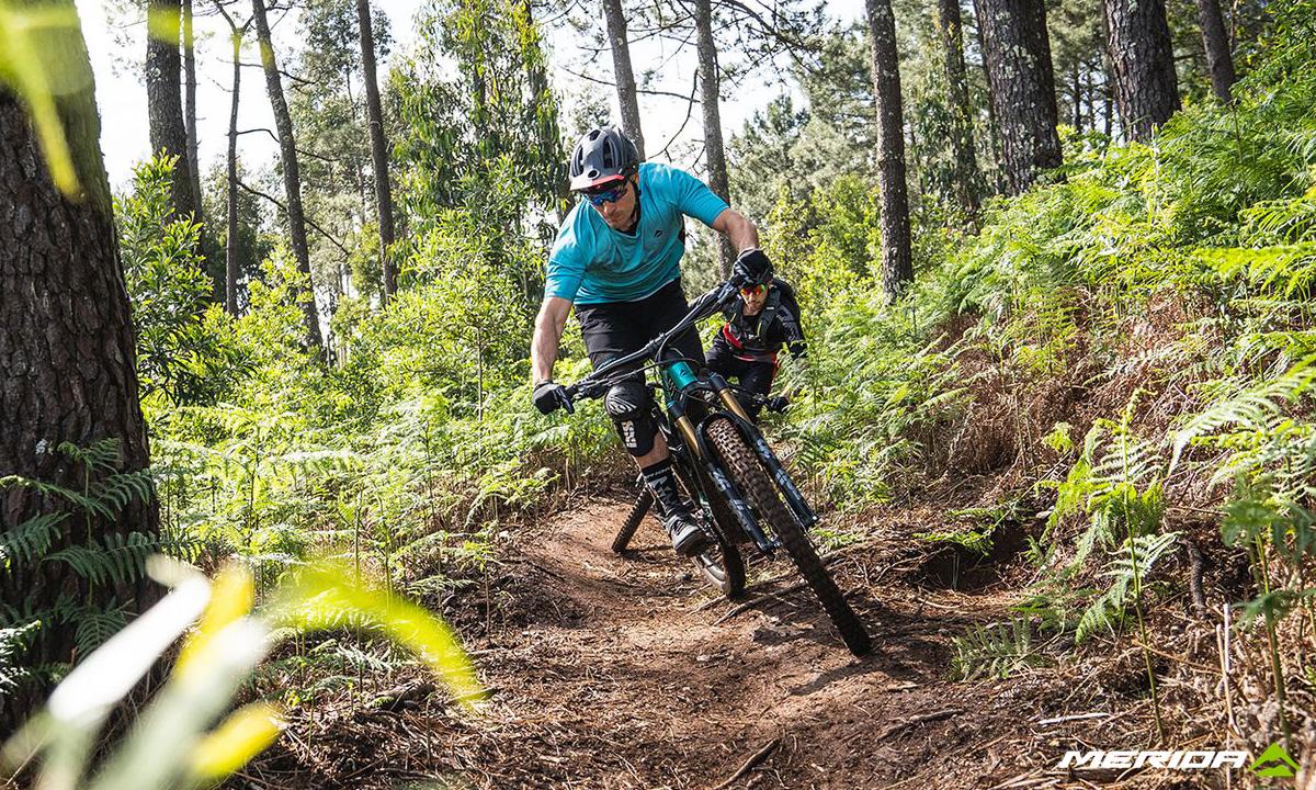 Due rider nel bosco in sella a mountain bike elettriche Merida eOne-Sixty 2020