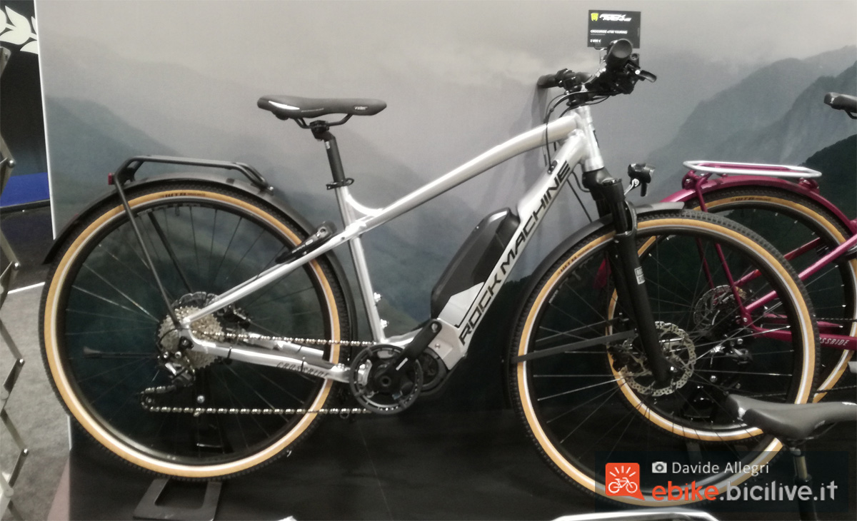 Una bici elettrica da trekking Rock Machine Crossride E700 anno 2020