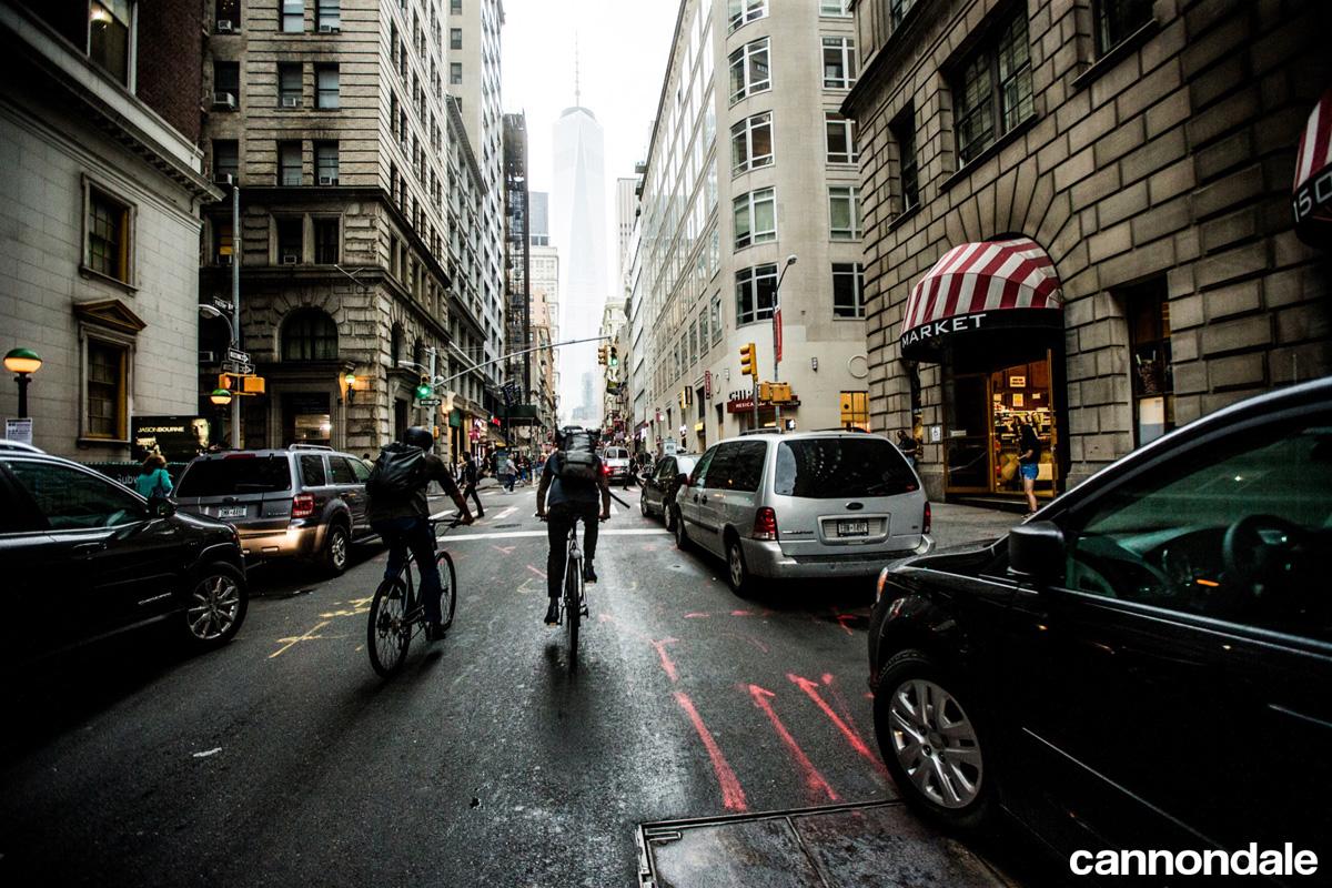 Ciclisti per le vie della città in sella a bici elettriche Cannondale