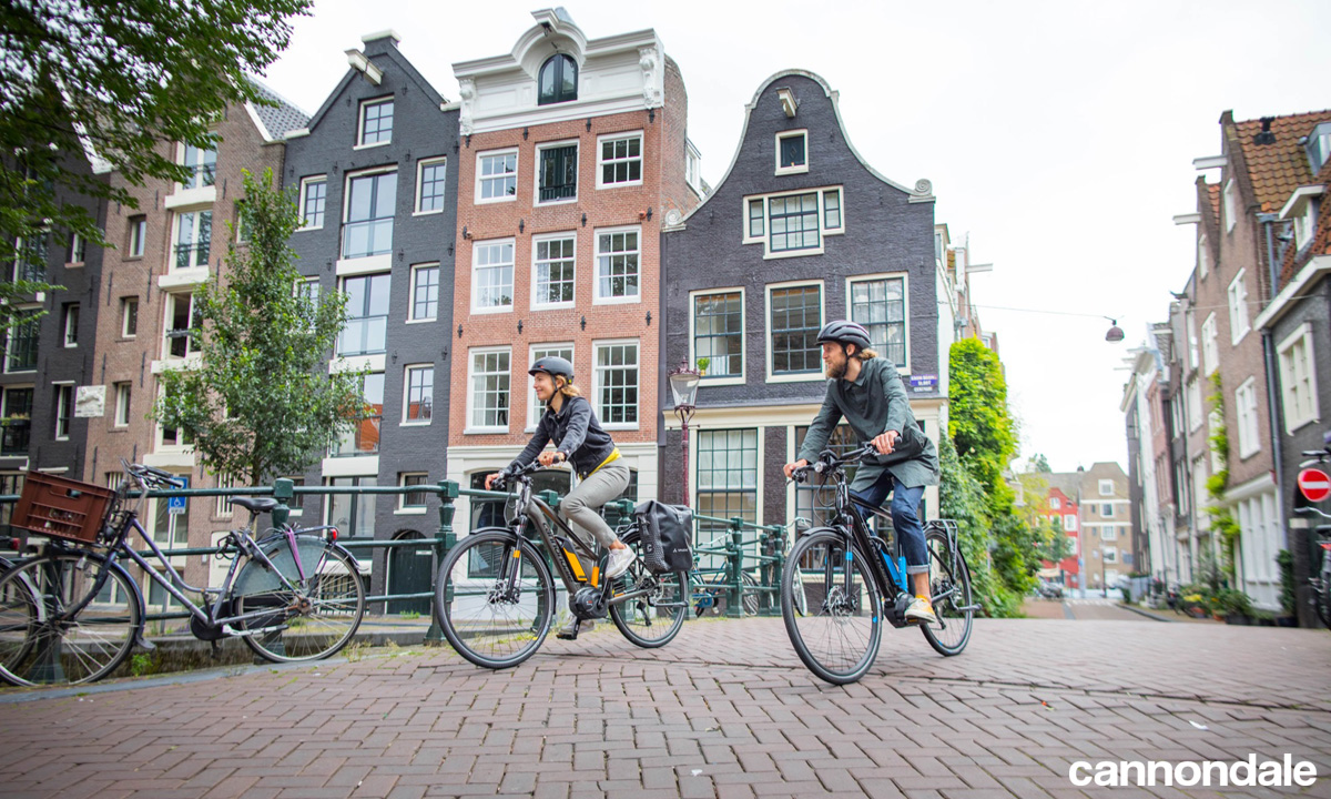 Ciclisti urbani con e-bike a pedalata assistita Cannondale
