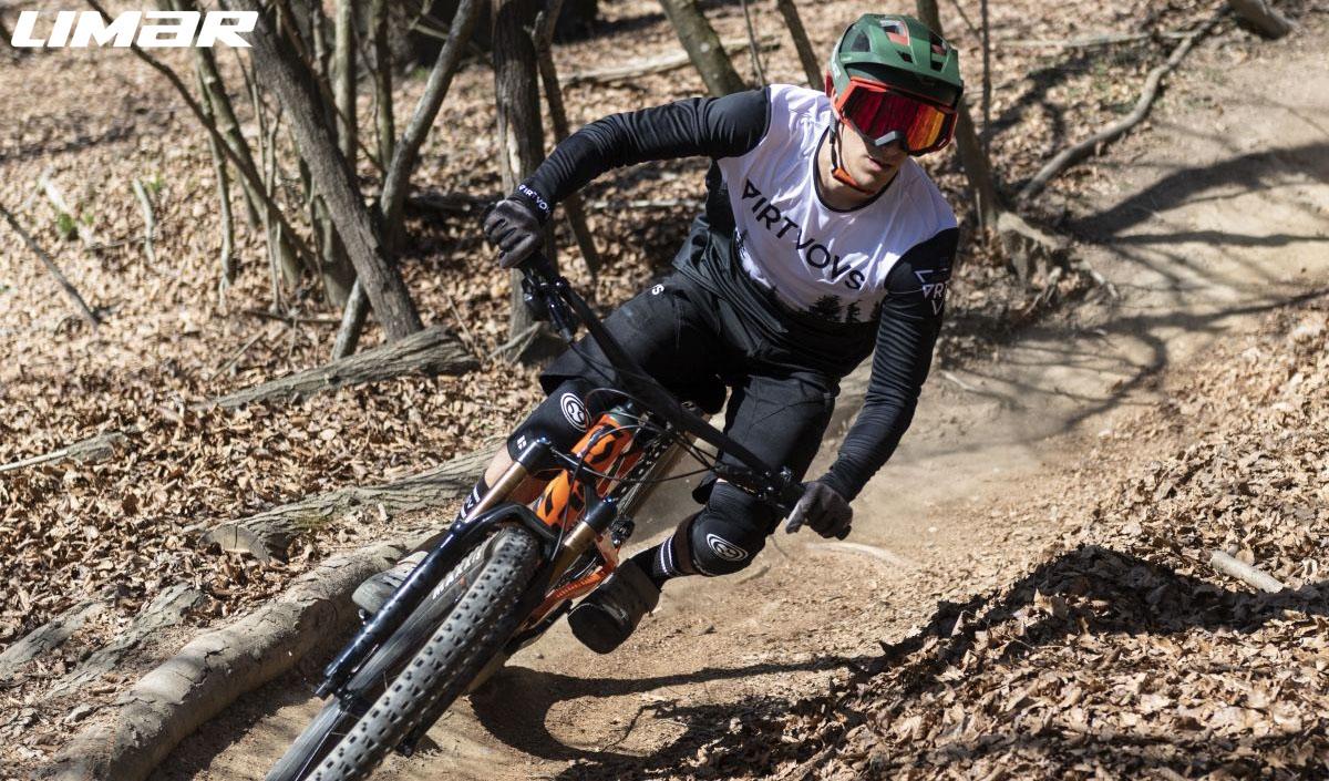 Rider in bici nel bosco con indosso in Casco Limar Delta e Maschera Roc 2020