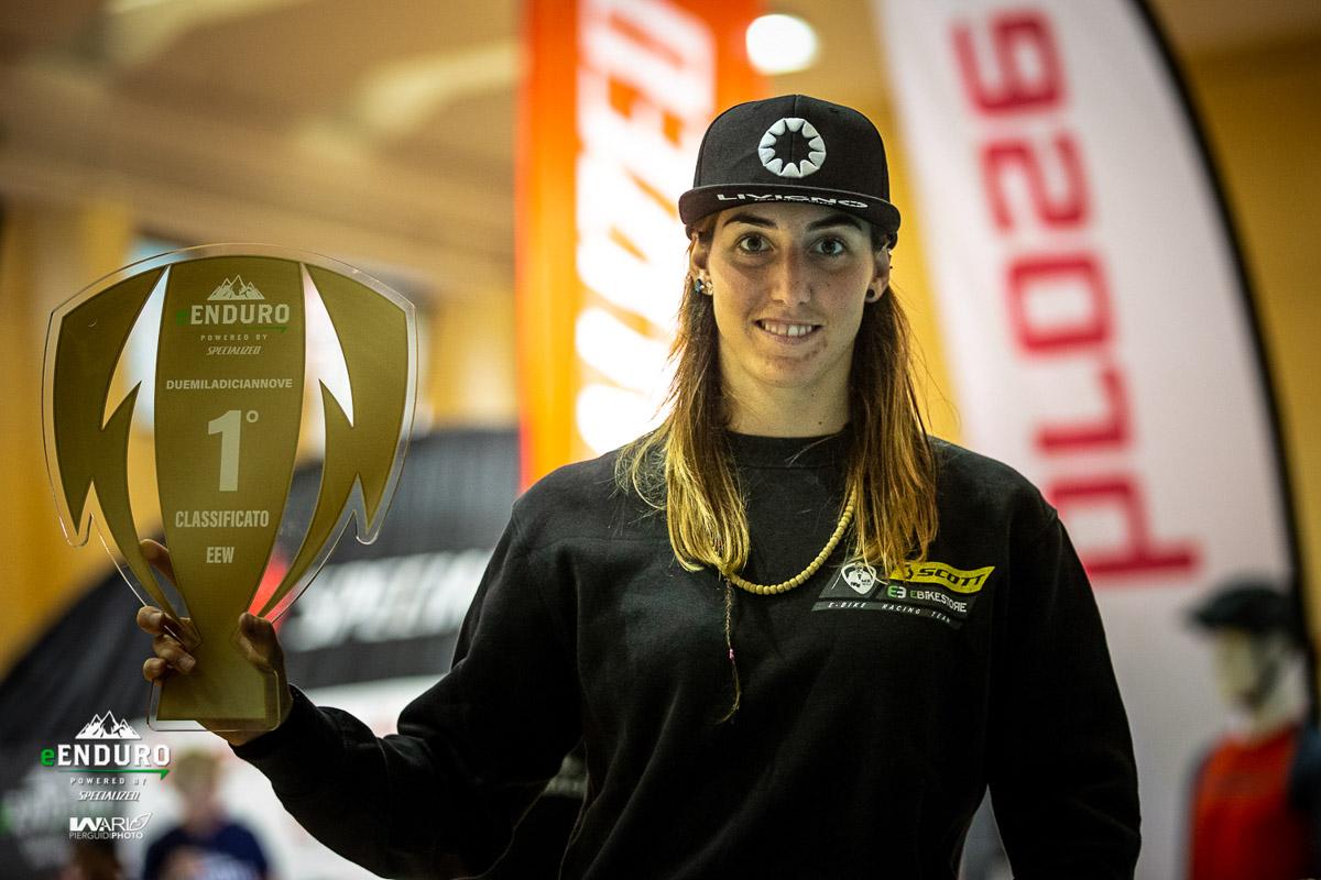foto di Jessica Jey Bormolini con il trofeo dell'e-Enduro 2019